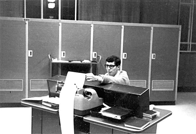 LEO III / 16 Kayser Bondor, (1965). Derrick Robson at Control Desk